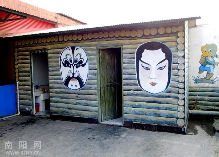 艺术幼儿园张扬个性 京剧脸谱做厕所标识