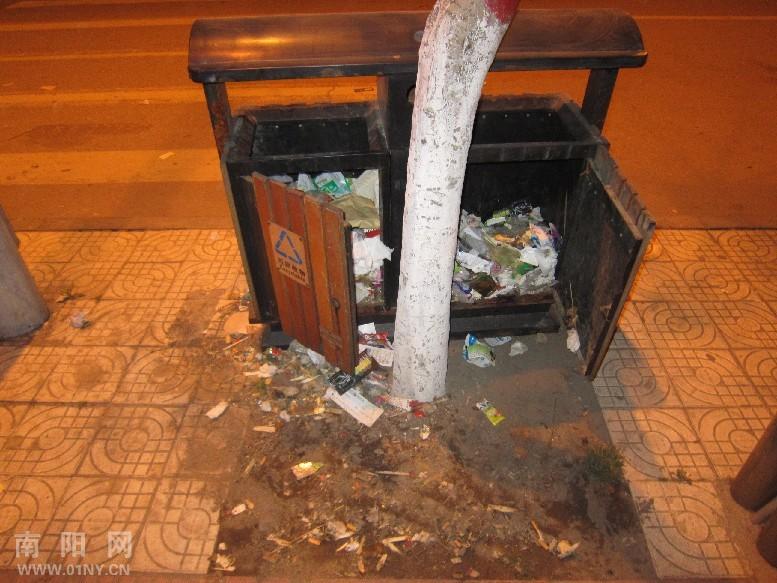 如果垃圾不及时清理就容易滋生细菌,对一些破旧的垃圾箱要及时更换