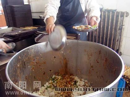 """食堂每天12桶剩饭菜 大学生为何不惜""""盘中餐"""""""