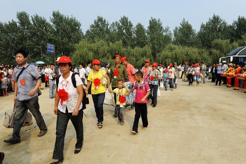 2011年8月25日,对于淅川县滔河乡张庄村村民来说注定是不平凡的一天,也许,他们并不知道,他们将创造一个历史:这一天,随着丹江口库区最后一批移民告别故土,标志着我省8.61万第二批移民搬迁任务基本完成,同时,也标志着我省南水北调库区移民16.2万人的集中搬迁工作基本结束,四年任务,两年完成的目标如期实现。 自2008年11月7日移民迁安工作启动以来,首批大规模移民9.