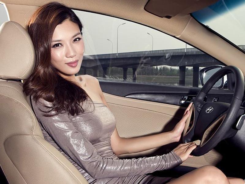 冷艳美女高贵气质 优雅演绎性纤细身材 香车美