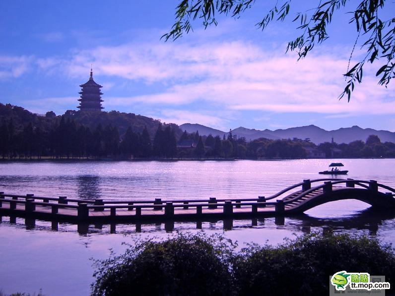 """""""一湖两塔三岛三堤""""是西湖全景的""""名片"""";城区与湖水的门厅是以绿地"""