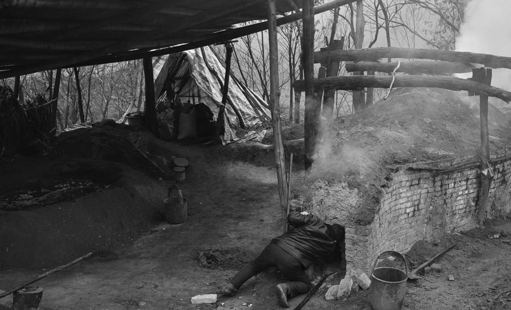 《土窑烧制木炭》
