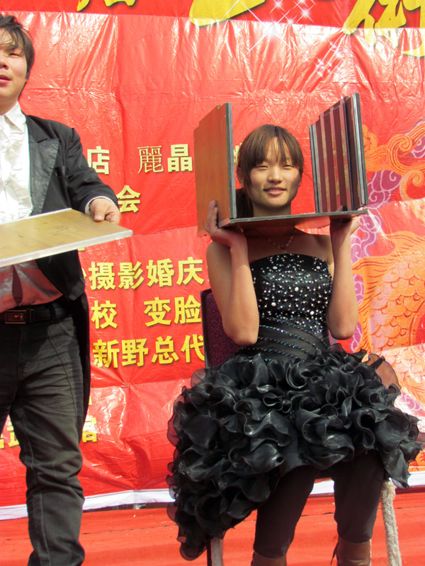 【汉城广场采风】魔术表演 美女头没了
