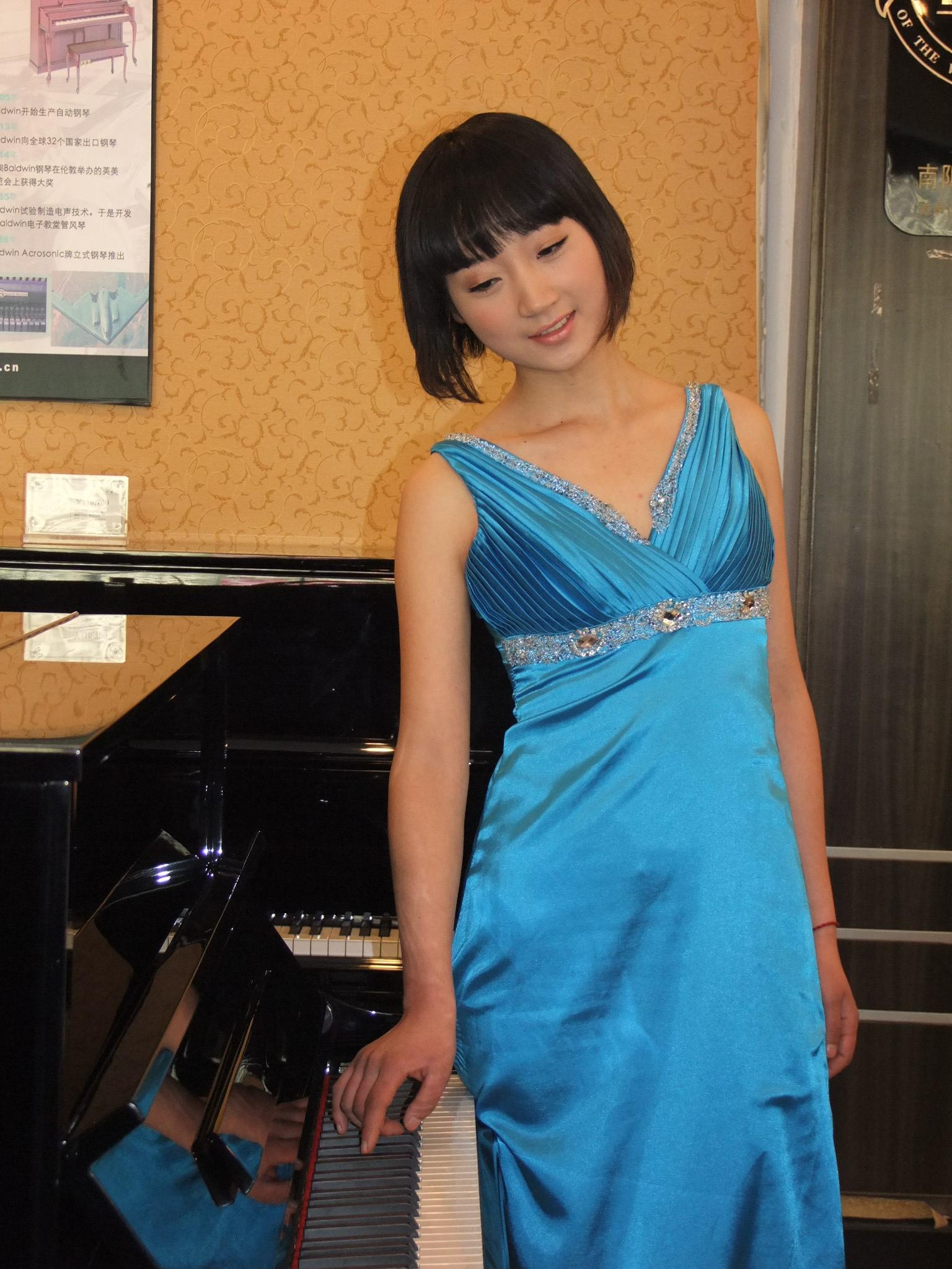re: 美女弹钢琴