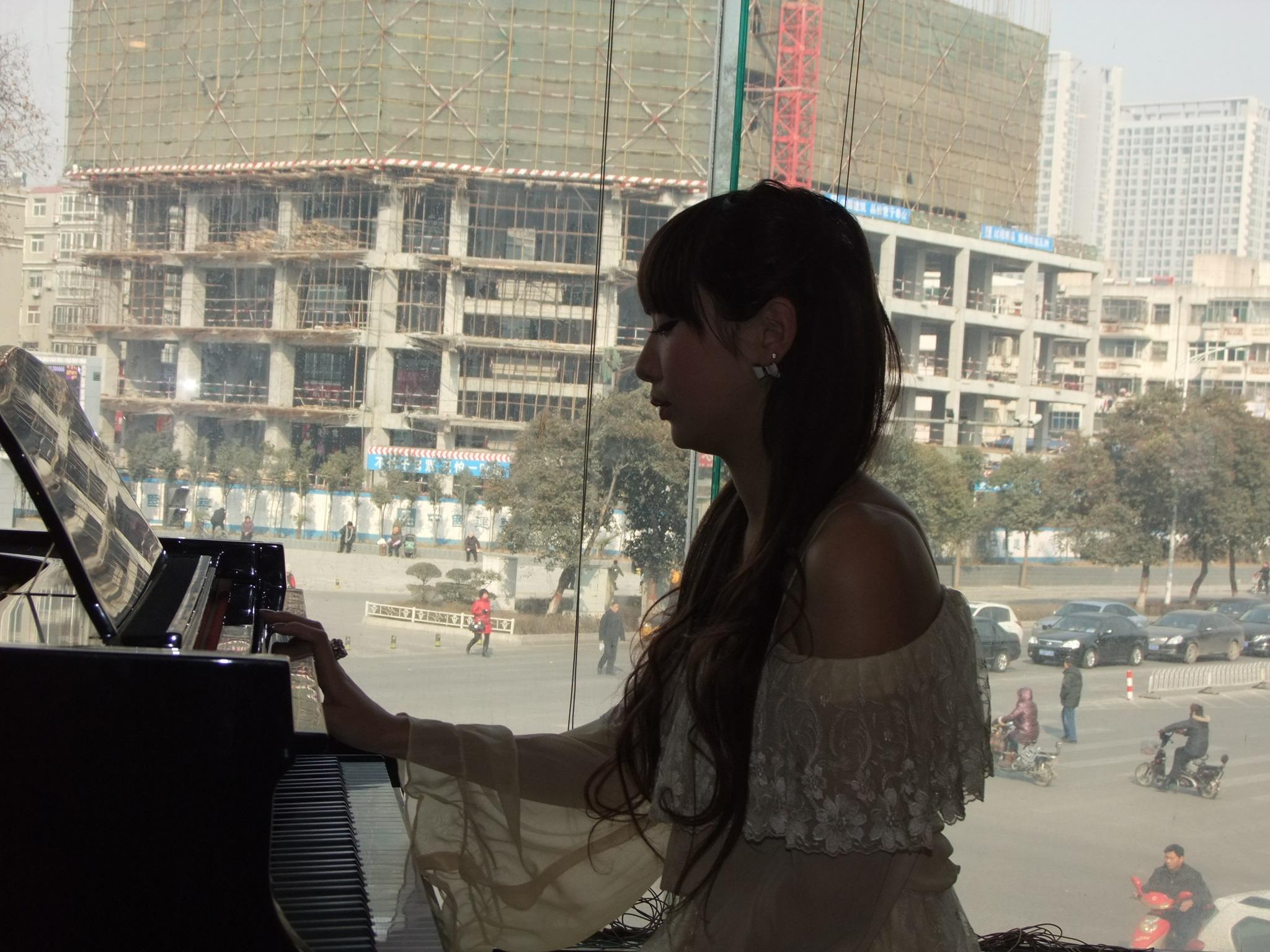 美女弹钢琴; 女生弹钢琴图片