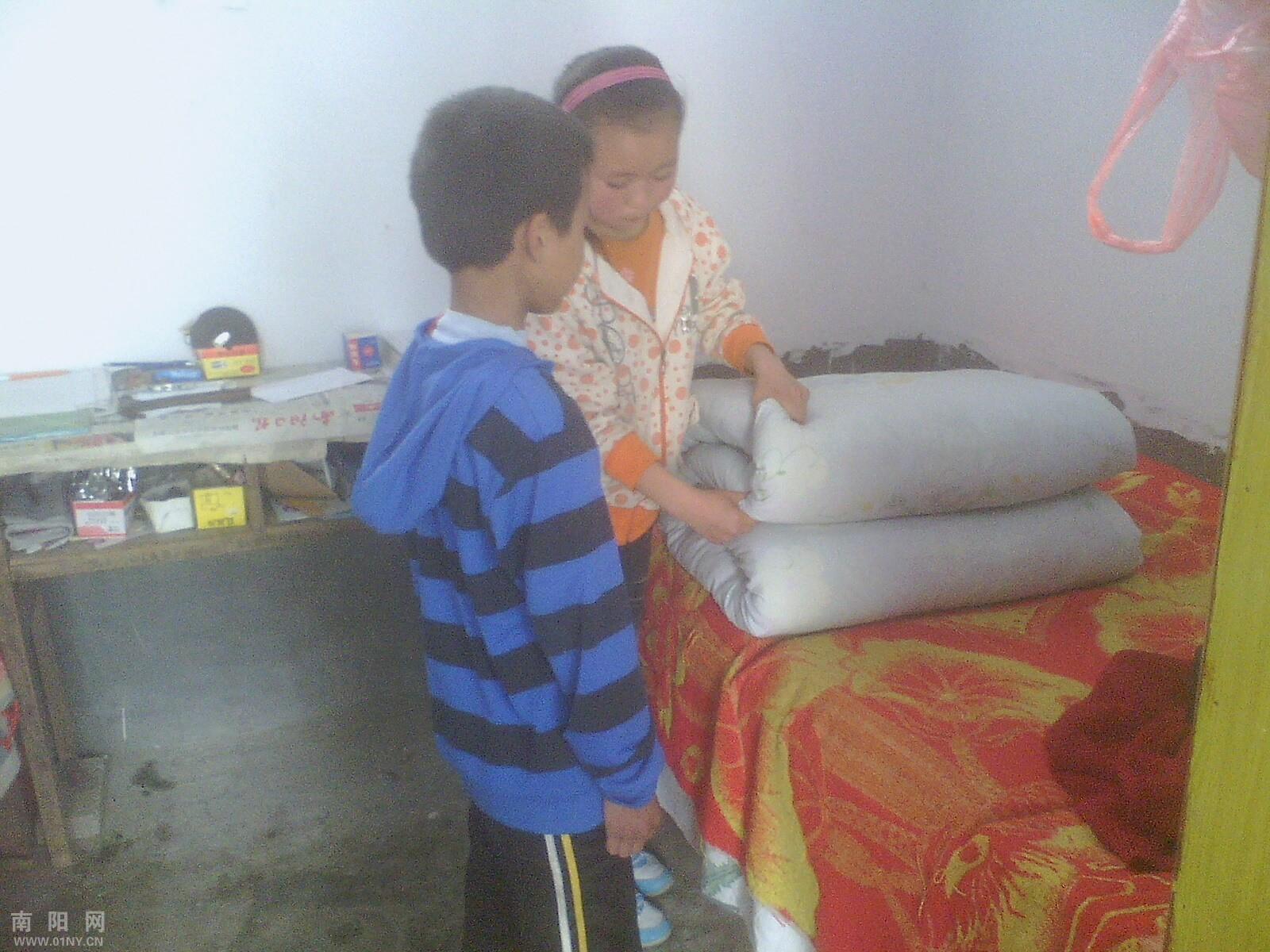 红领巾,洗手洗脸,整理文具;中年级同学要学会洗头,洗袜子,整理房间;高