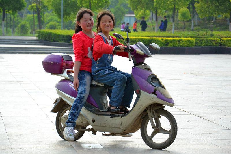 【12女生6期月赛】《学骑电动车的女孩》组照森林风年第的图片