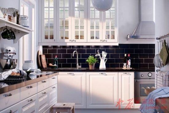在整体白色的厨房中,用几块黑色外墙砖拼贴成墙面的一部分,高清图片