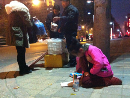 二代和街边跪地写作业,你的孩子向往哪一种图片