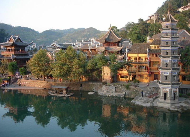 作为一座国家历史文化名城,凤凰的风景将自然的,人文的特质有机融合到