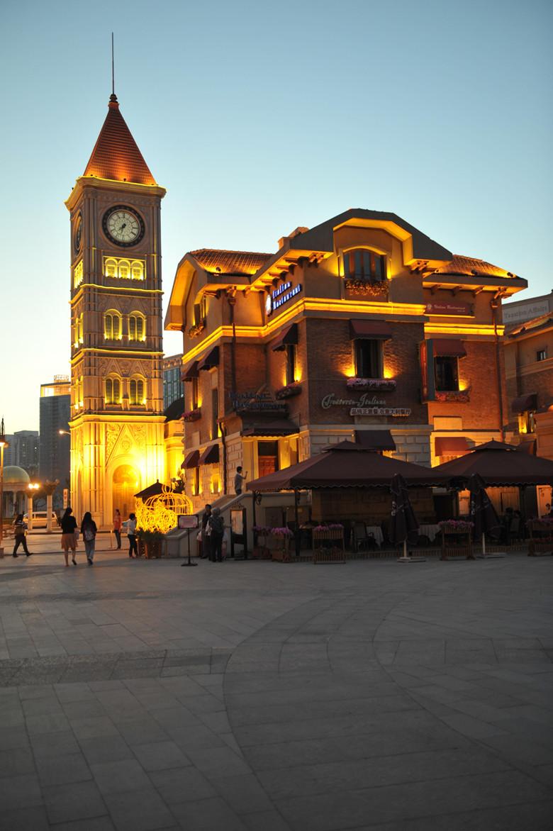 天 津意大利风情街:位于天津市河北区海河沿岸,是目前意大利在亚洲保存最大最完好的风貌建筑群落。也是意大利在境外的唯一一处租界。同时也是天津的9个租界之一。区域内共计意式建筑风格的小洋楼137栋,包括历史上的剧场、学校、教堂、市政办公厅等,也包括近代历史上一批历史文化名人的故居。自从第一次鸦片战争之后,天津就成了各国列强的必争之地,租界也就成为天津城市建设浓重的一笔,因此也使天津的建筑呈现多样化特点。在天津的海河两岸,随处可以见到很多异国风情浓郁的老建筑,大多都已经修缮完毕。很庆幸这些老房子能保存到现在,而