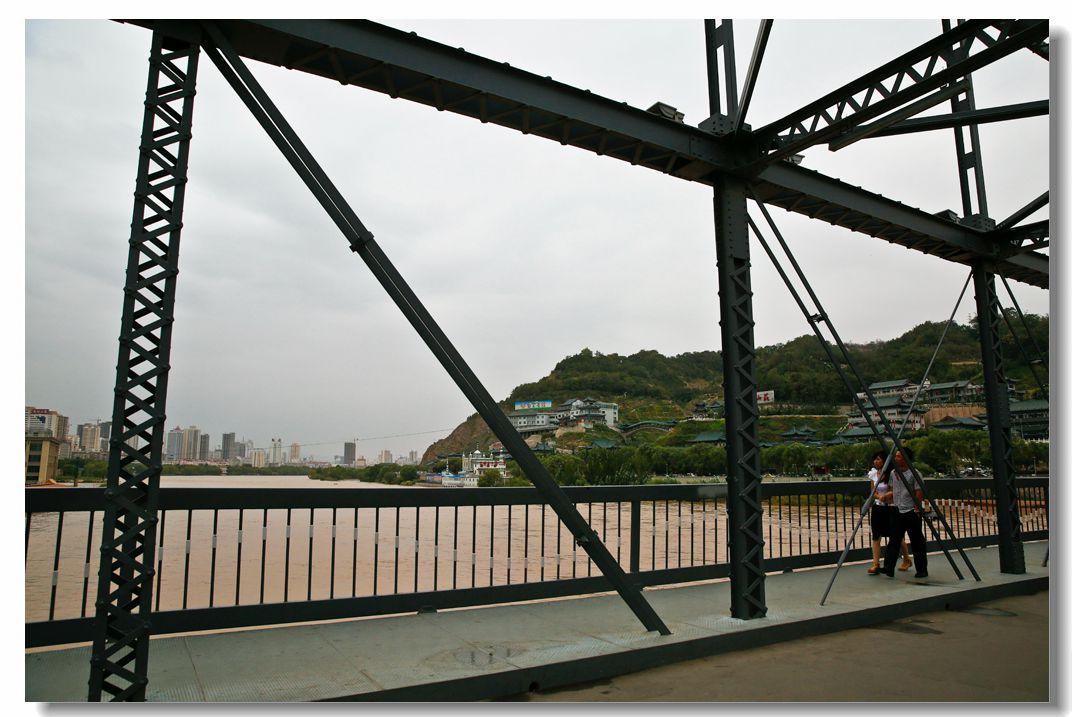 兰州黄河铁桥位于滨河路中段北侧,是兰州历史悠久的古桥,有天下黄河第一桥之称。中山桥的前身始于明洪武5年(公元1372年),宋国公冯胜在兰州城西七里处建的浮桥;至明洪武9年(1376年),卫国公邓愈移浮桥至城西10里处,称镇远桥;明洪武18年(1385年),兰州卫指挥杨廉将浮桥移至今日位置,至今遗存重10吨,长5.