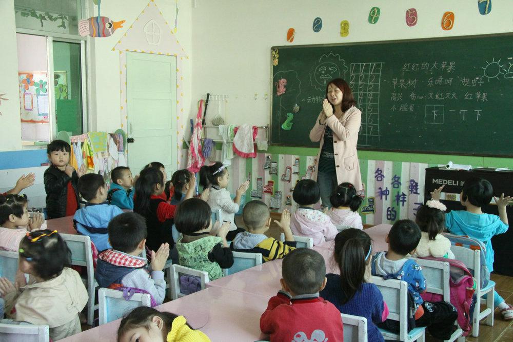 幼儿园老师教小朋友洗手