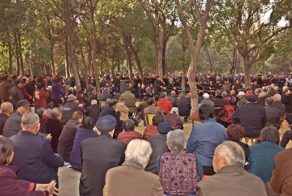 七十多歲老漢 人民公園學唱戲 引來眾多戲迷