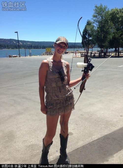 喜欢日光浴的美国女 爱好弯弓射大雕 军事