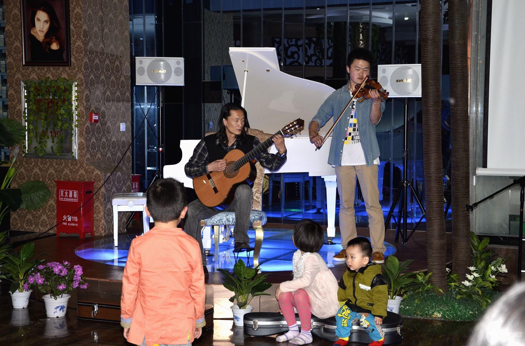 2014年5月3日晚上8:30,由著名吉他演奏手和他的学生们举办的音乐会在格林大酒店西餐厅进行,风雨南阳部的20余名影友到场拍摄。吉他是古典乐器之一,又称六弦琴,琴音既优美又高雅,一把吉他通过和声演奏可以和一个小乐队媲美。琴手们先后演奏(演唱)了10多首著名的古典乐曲和歌曲,著名青年歌手、该西餐厅总经理兰女士等音乐人也即兴演唱,博得在场观众的阵阵掌声,大家在轻松典雅的音乐声中度过了一个愉快的晚上。