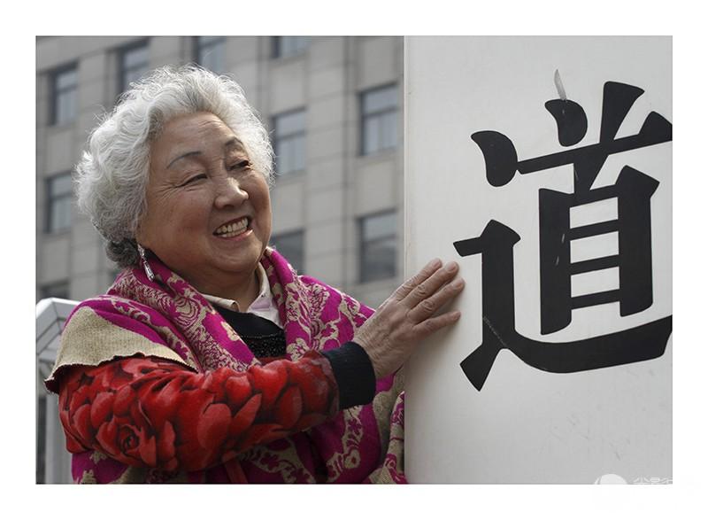 《铁道部换牌情未了》-3  2013年3月15日,北京,在原铁道部门前,73岁的北京老人手摸.jpg