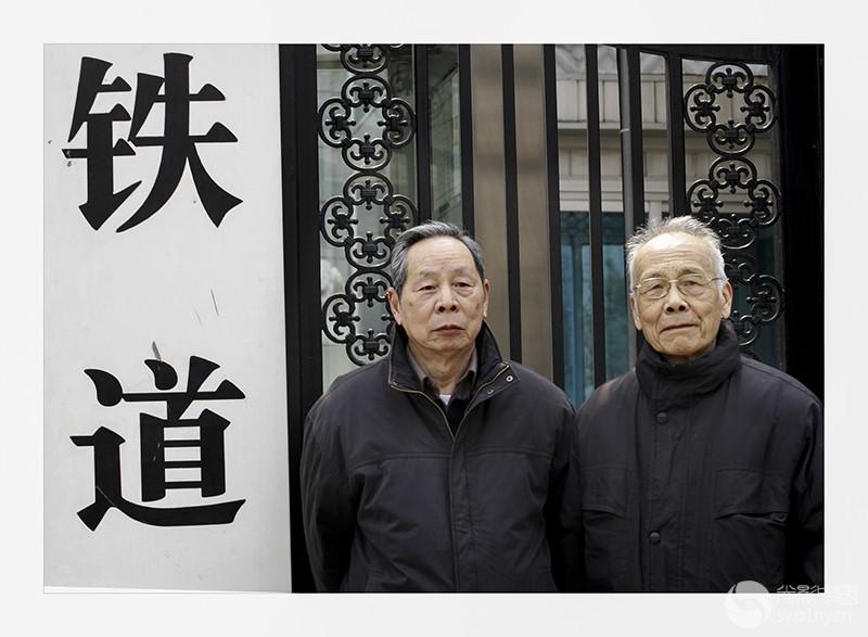 《铁道部换牌情未了》-1  2013年3月15日,北京,在原铁道部门前,两位老铁路在留影纪念。.jpg
