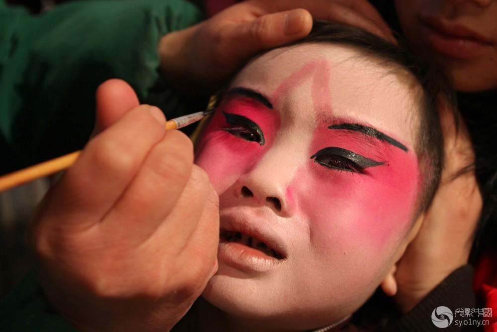 艰苦的传承-1  2012年1月31日,河南省浚县正月古庙会上,一名儿童在化妆。.jpg