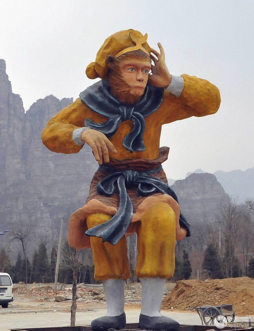 近千只猕猴在山谷中自由地跳跃、玩耍,还不时和人近距离接触,俨然猴子和人成了亲密的同伴。这是在房山七渡的花果山看到的一景。只要来过花果山,都会联想到猴王--张随生,早在我国改革开放的初期,张随生就开始自主经营,首先致了富,四年前一次偶然的机会,他听说七渡附近的山上有野生的猴子,就是这条消息,使他的后半生和猴子结下了不解之缘。