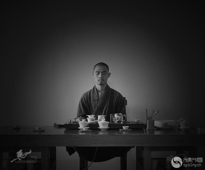 妙正法师在清泉寺客厅临时坐禅.jpg