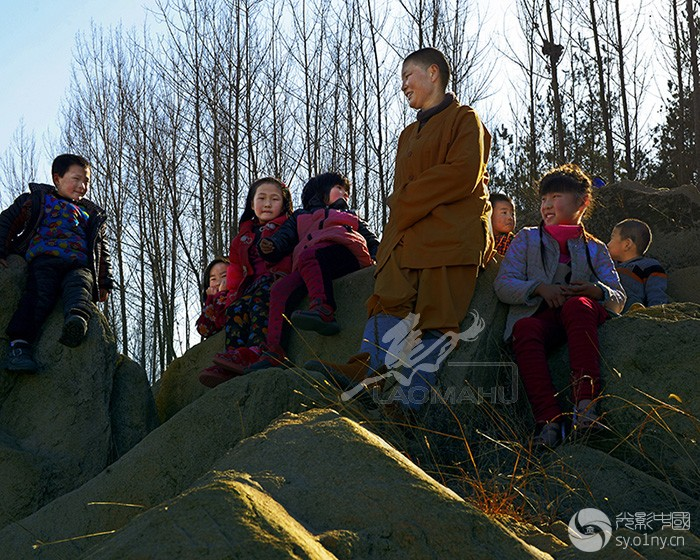 60-法师和孩子们.jpg