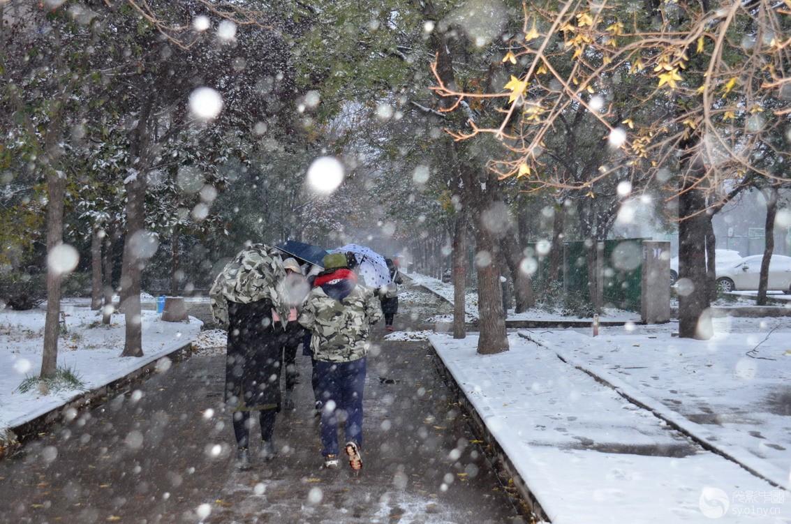 踏雪上学孩子们.jpg