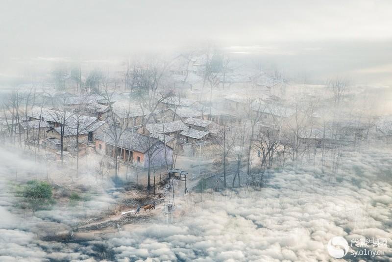 1098.《雾锁石头村.》---丹江有情.jpg