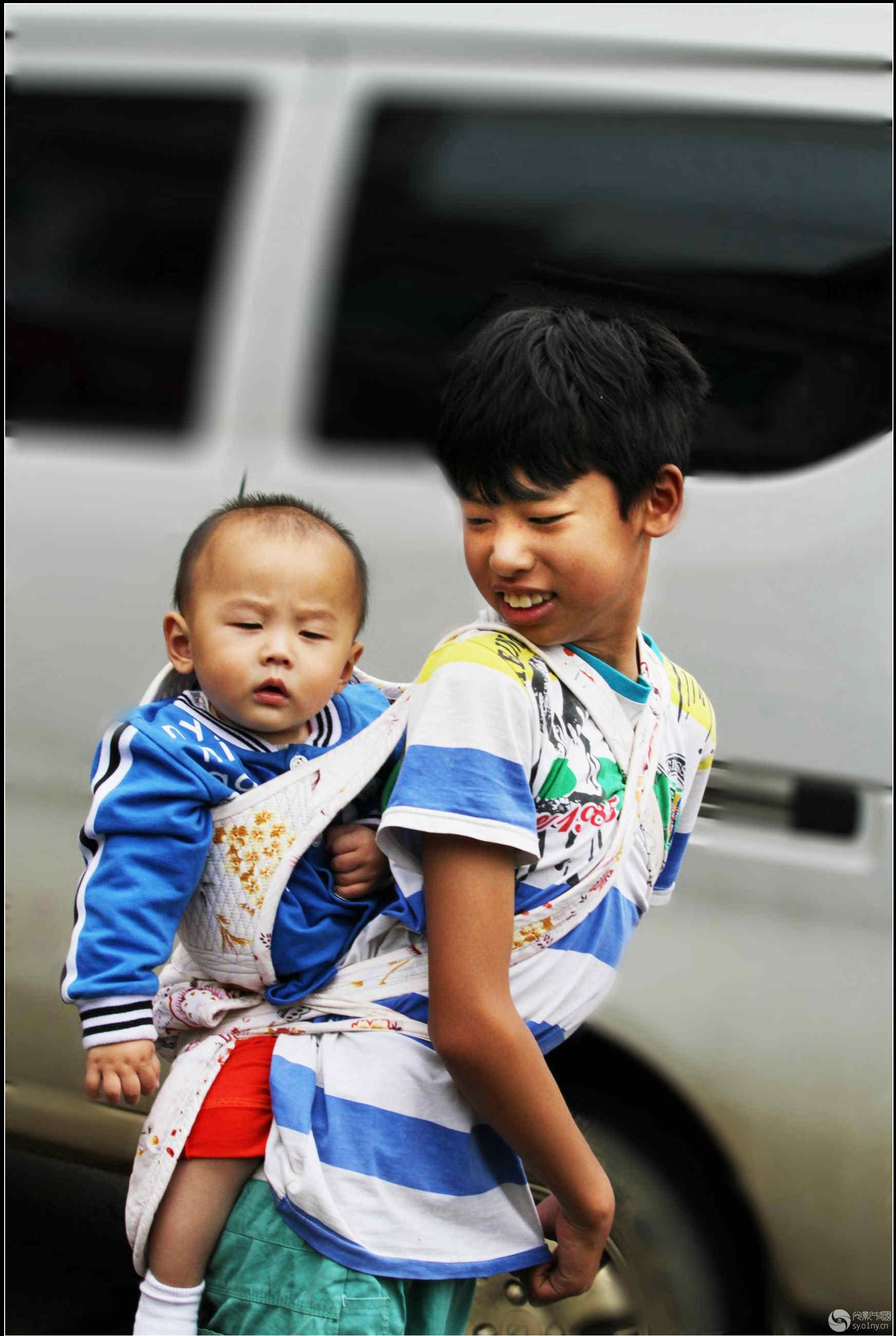允许生两胎后,不少家庭有了两个小孩,图为我爱我的弟弟