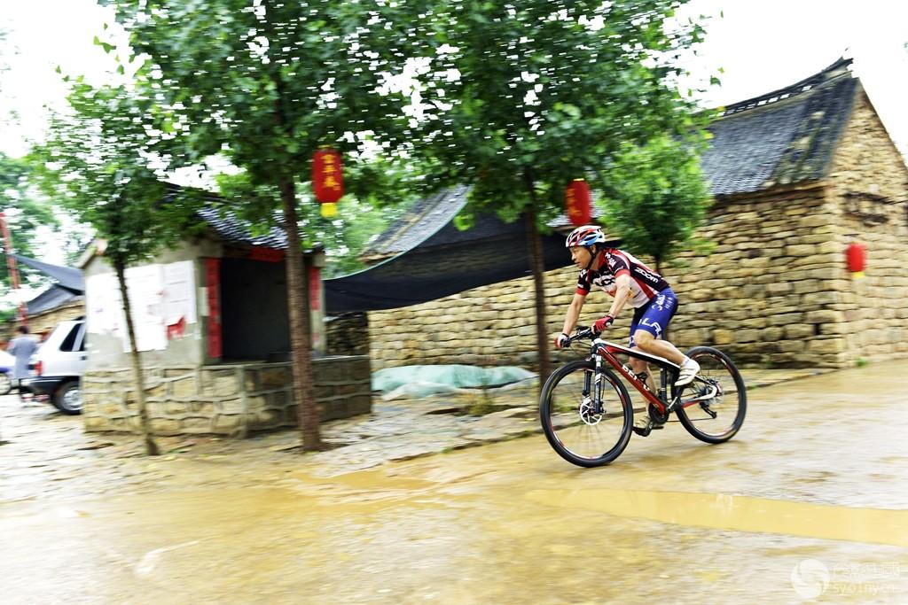 雨中骑行.jpg