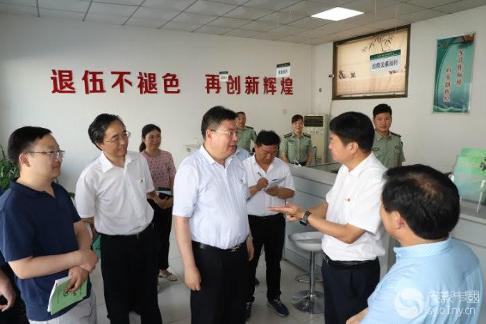 南召县委书记刘永国向副省长舒庆同志介绍情况