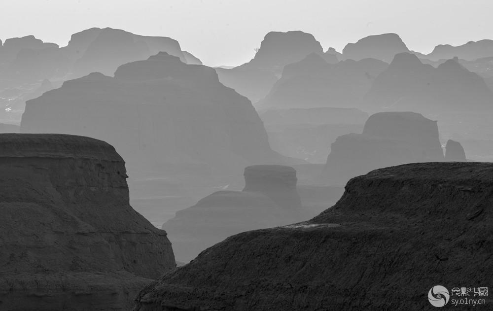 层峦叠嶂 山脉层层叠叠; 2018年3月3日拍摄于新疆克拉玛依市魔鬼城 田国建 新疆克拉玛.jpg