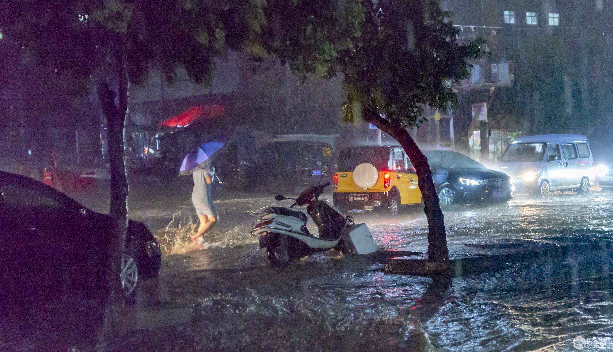 街头暴雨.jpg