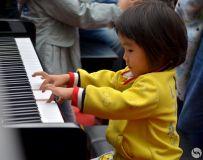 金韵部:鸟巢车展弹钢琴的女孩