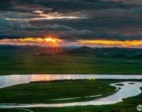 《夕阳。草原。河弯》