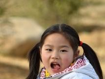移民村里的小女孩