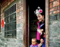 《苗家母子盛装赴约姊妹节》