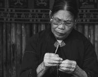 黎族阿婆做针线