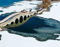 冰雪桥下映冰花