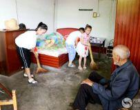 小小志愿者为老人扫地