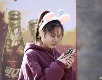 玩手机的女孩