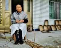 《乡村编竹篓的快乐老人》