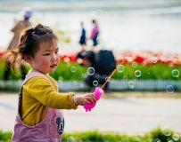 玩儿泡泡的小女孩