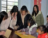 南工书法协会的志愿者走进南阳特教开展互动活动