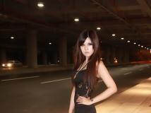 隧道里的酷女孩