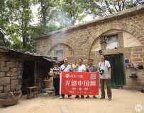 光影中国网郏县部一行四人进山体验原始村落的收麦情况