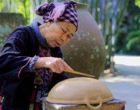 黎族阿婆做陶艺