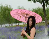打着花纸伞的姑娘