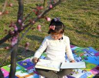 画春天的小姑娘